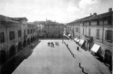 Caravaggio- piazza Garibaldi e palazzo Gallavresi