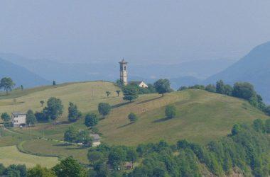 Fuipiano Valle Imagna Bergamo Veduta con la Chiesa di San Giovanni Battista