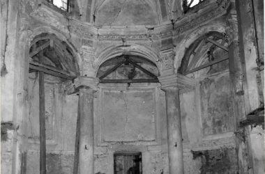 L'abside della chiesa con la porta centrale poi murata