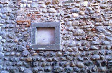 Mura occidentale di Cascina Tezzone, anno di ricostruzione 1748.