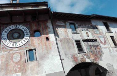 Orologio planetario e palazzo del comune di Clusone