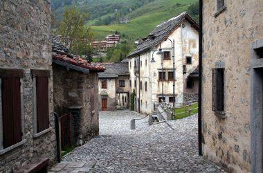 Retro del Municipio Arnosto, frazione di Fuipiano in alta valle Imagna