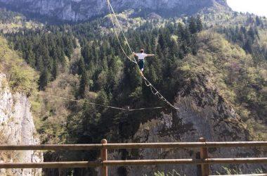 in Val Di Scalve si può attraversare il fiume Dezzo camminando in equilibrio su una fettuccia elastica